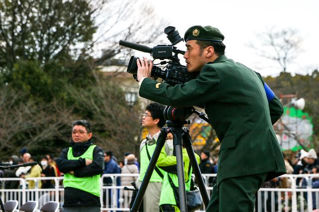 大型ビデオカメラを構える自衛隊の広報さん