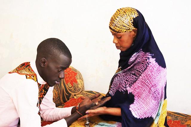 Bambaly recevant les prières de sa mère-BorderMaker
