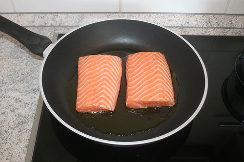 27 - Lachsfilets in Pfanne geben / Put salmon filets in pan