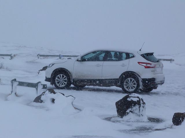Coche en la nieve (Islandia)