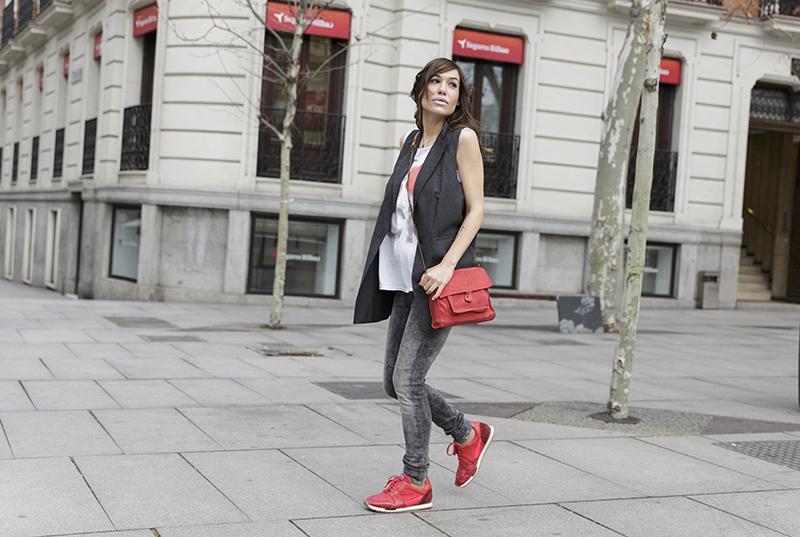 street style barbara crespo red rock hakei black vest puerta alcala madrid fashion blogger outfit blog de moda