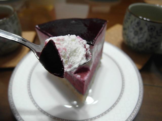 挖開來後酸香的檸檬奶油糖霜配上藍莓果醬,酸甜美味@三丁目洋果子