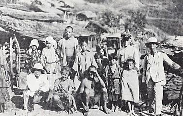 タイヤル族と 井上伊之助(左端)