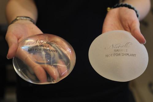 高雄隆乳諮詢推薦!賴慶鴻醫師談隆乳手術方式選擇 (6) 果凍矽膠(左光滑右絨毛)