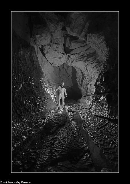 Guy dans la galerie d'entrée de la  Vieille Folle - Variation Noir et blanc