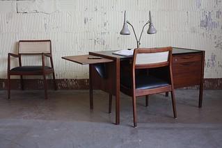 Efficient Jens Risom Midcentury Modern Single Pedestal Desk with Drop Leaf Typing Table (U.S.A.1960s)