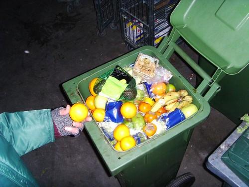 打開垃圾桶尋寶。瑞典斯德哥爾摩的 Dumpster diving 。圖片來源:Sigurdas