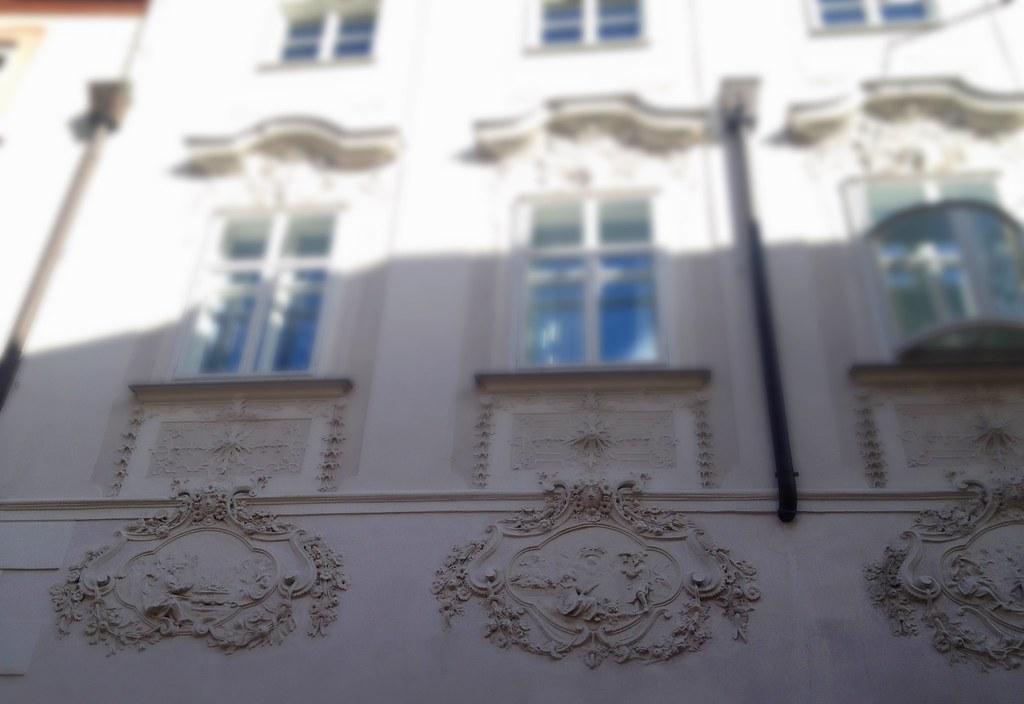 Ein Blick nach oben reicht: herrliche Stuckverzierungen an den Fassaden... © diekremserin