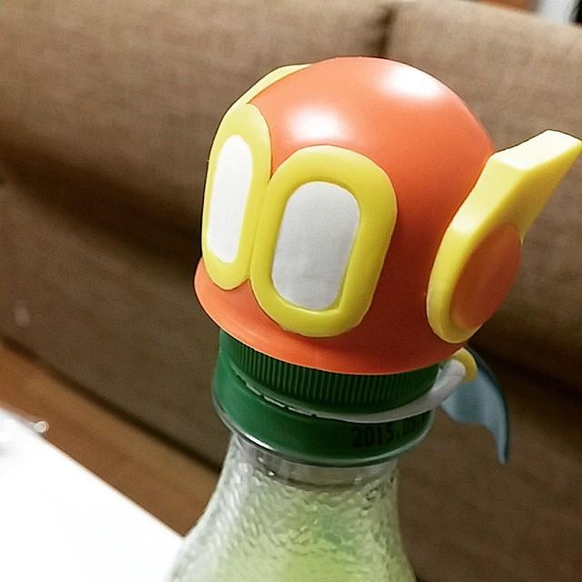 ブービーのペットボトルをレモンジーナにかぶせる図