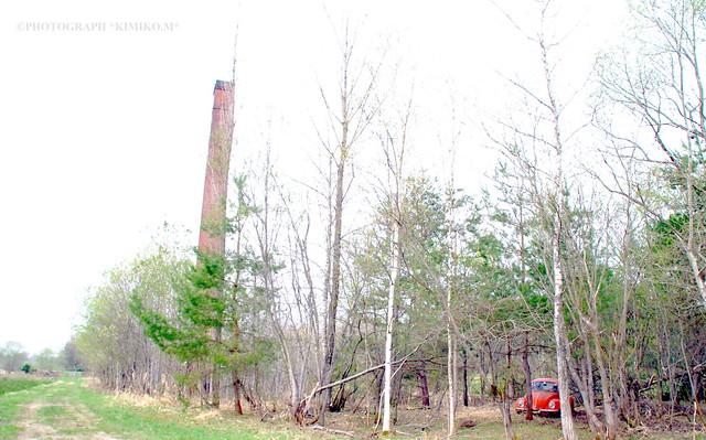 レンガの煙突とオレンジのフォルクスワーゲン