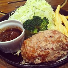 katsudon(0.0), pork chop(0.0), meal(1.0), breakfast(1.0), steak(1.0), tonkatsu(1.0), fried food(1.0), salisbury steak(1.0), food(1.0), dish(1.0), cuisine(1.0),