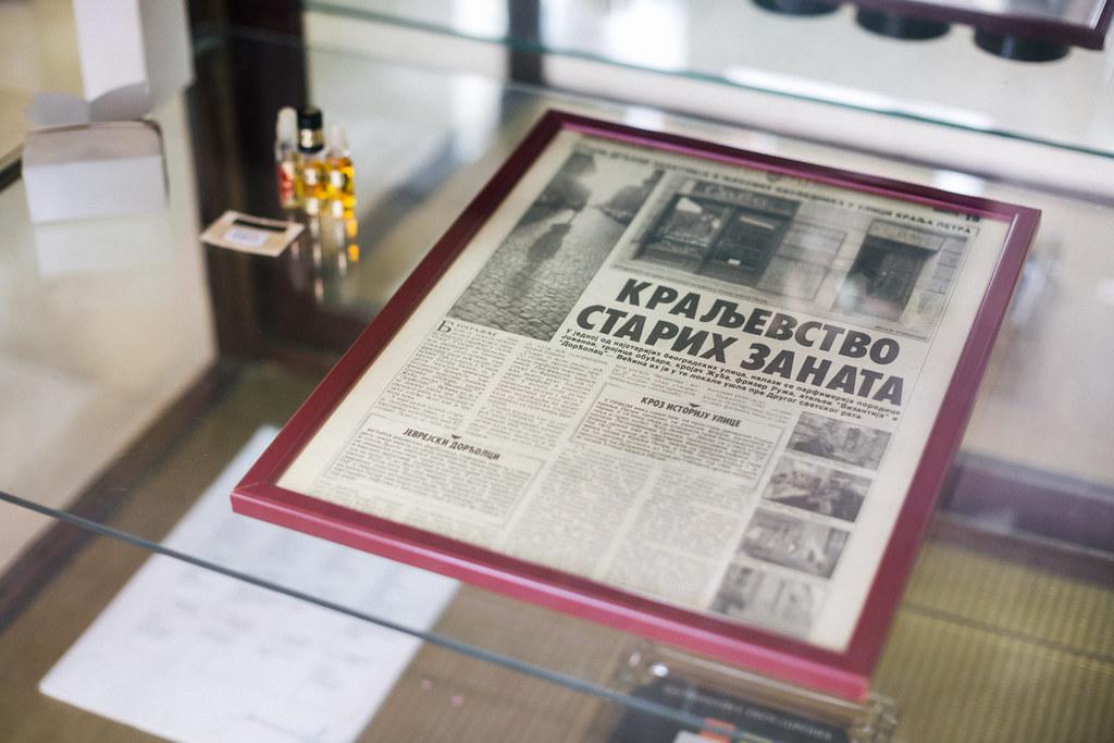 """Uramljeni novinski članak u vitrini u parfimeriji """"Sava"""""""