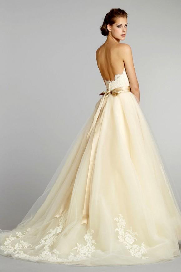 Cô dâu dịu dàng với váy cưới kem sữa Pastel