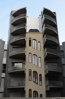Antiga Bayer i part nou edifici, carrer París, Barcelona.