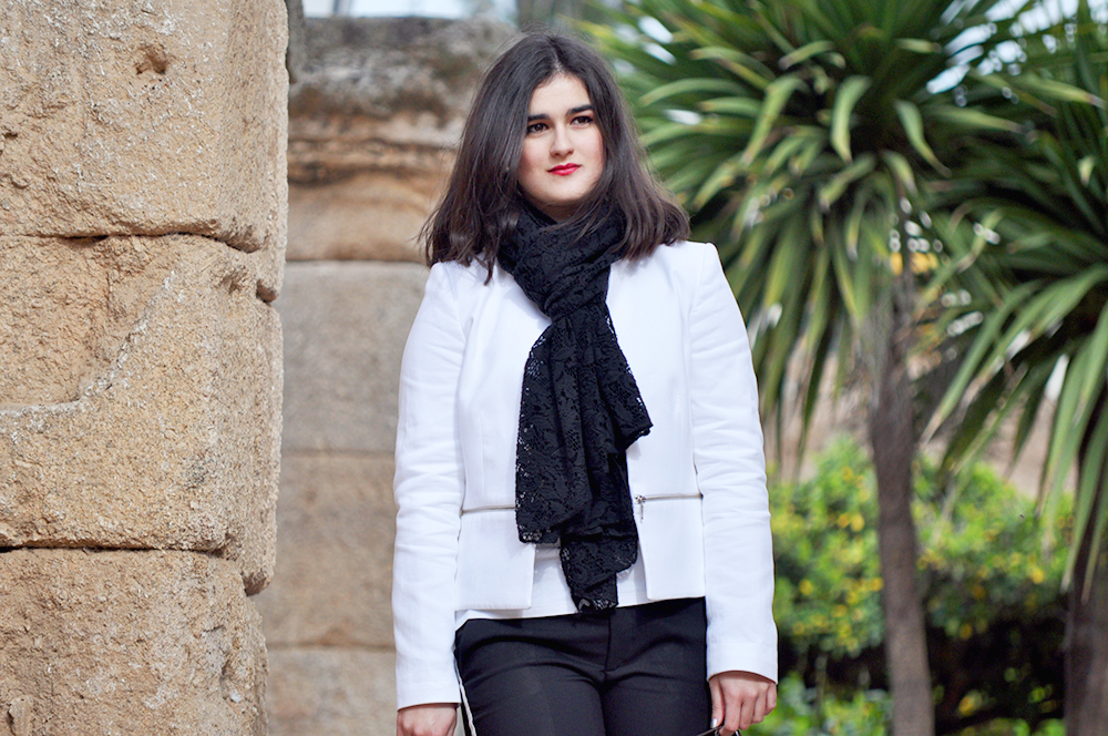 something fashion valencia blogger fblogger spain, teatro merida ancient, outfit, white carroll jacket tailored, comfortable style traveling extremadura trip, ancient architecture roman culture, lacoste mini bag zara scarf