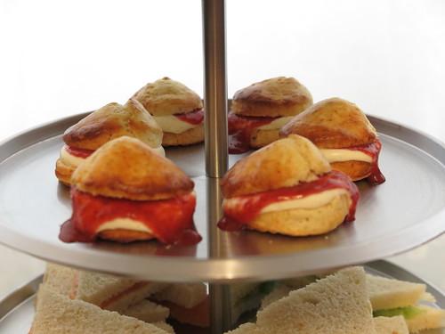 Scones mit Clotted Cream und Erdbeersoße zum Afternoon tea