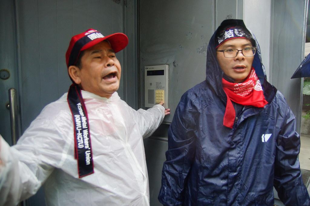 勞動黨榮譽主席羅美文一度按門鈴要求何壽川出面。(攝影:王顥中)