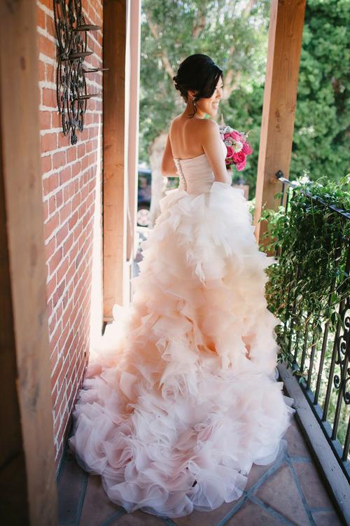 Cô dâu dịu dàng với váy cưới hồng pastel
