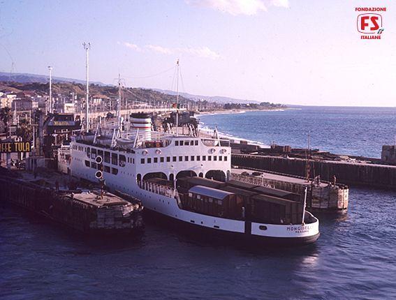 Nave traghetto fs mongibello presso le invasature di villa for Amaretti arredamenti villa san giovanni