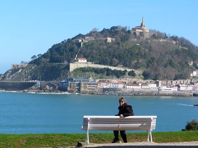 Rebeca en un banco del parque del Palacio Miramar de San Sebastián