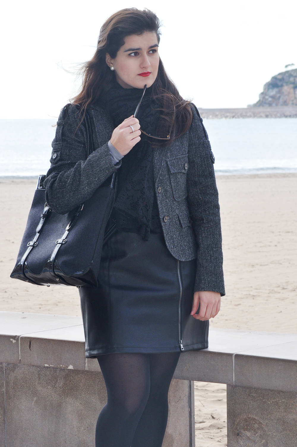 something fashion blog spain valencia fblogger, amanda ramon, ysl jacket vintage yves saint laurent military grey, cortefiel leather dress, miumiu sunglasses, oropesa del mar beach winter coast, burberry bag, total black outfit vintage booties