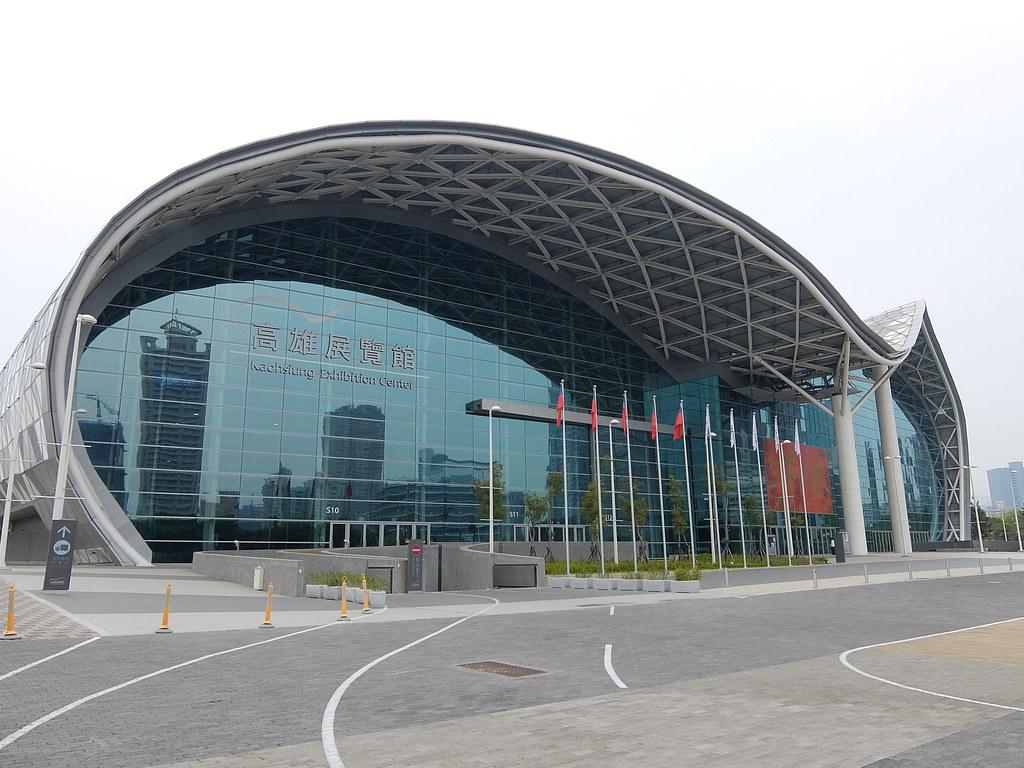 高雄展覽館看起來氣派啊! 也很好停車,交通算便利(捷運搭到三多商圈站後約走10分鐘).....