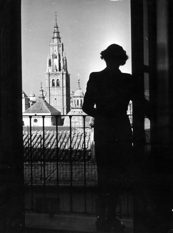 Una mujer con la torre de la catedral de Toledo al fondoPuente de Alcántara en 1952. Fotografía de Erika Groth-Schmachtenberger © Universitätsbibliothek Augsburg