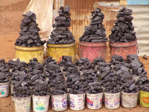 Holzkohle am Straßenrand in nairobi
