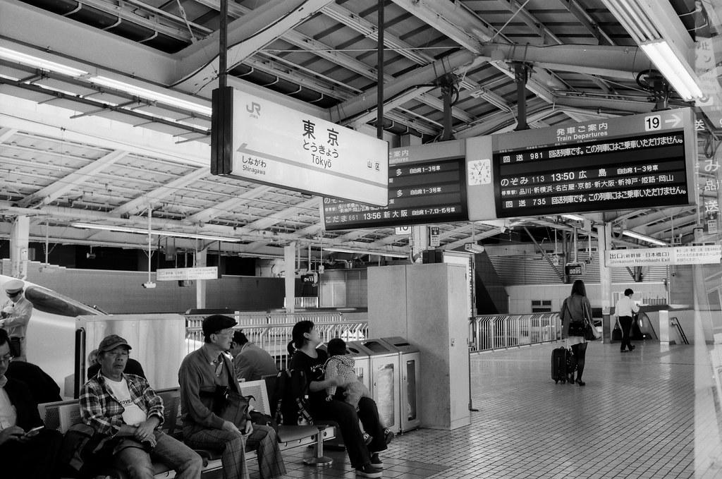 東京 Tokyo, Japan / Kodak TMAX / Nikon FM2 結束九天在京都的旅行,前往東京。  那時候東京是一個我一直很難回去的地方,實在有太多回憶容易碰觸到我無法控制的情緒。  但還是得回去,最後讓自己在每個回憶一一告別。  Nikon FM2 Nikon AI AF Nikkor 35mm F/2D Kodak 100 TMAX Professional ISO 100 1273-0039 2015/09/30 Photo by Toomore