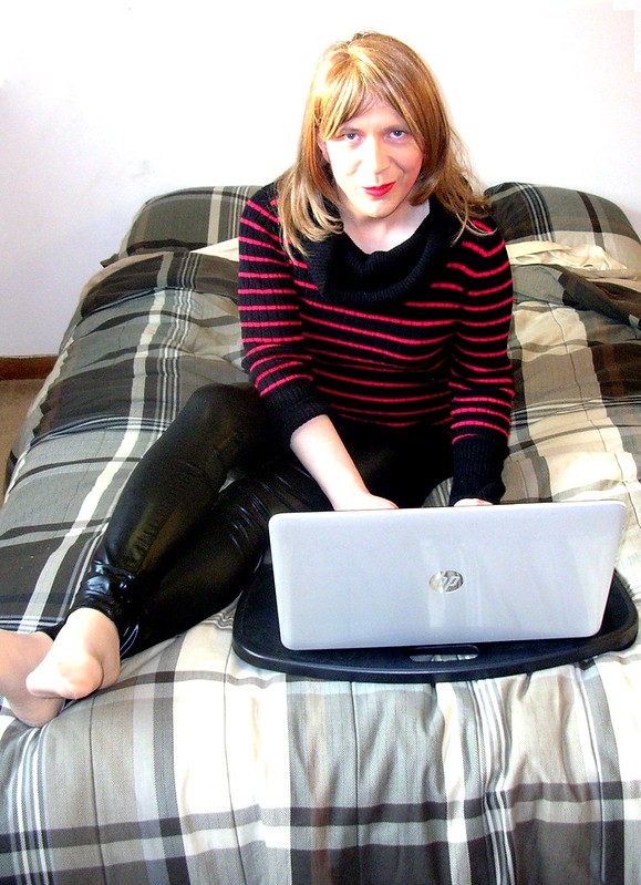 Surfing the interweb in sweater and leggings
