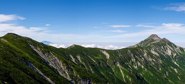 秩父岩を越えて進むと美しい山容の笠ヶ岳が姿を現した