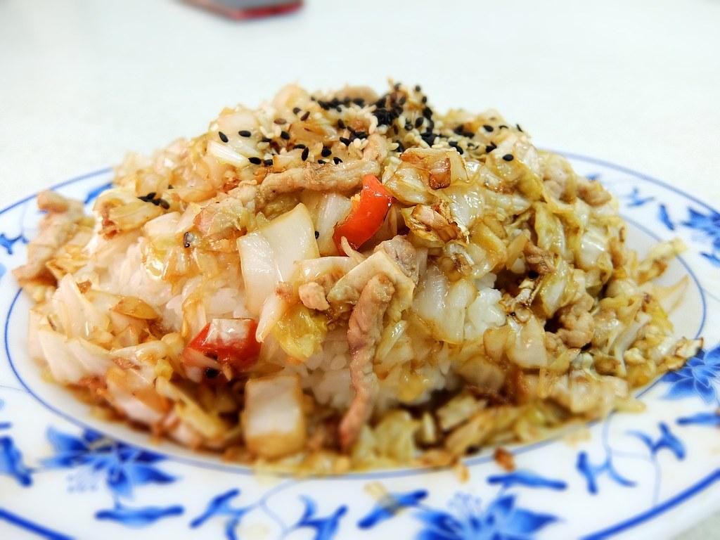 東北酸白菜肉絲蓋飯,酸菜很酸,帶著鹹味,頗下飯的,整體味道不錯,屬於重口味口感