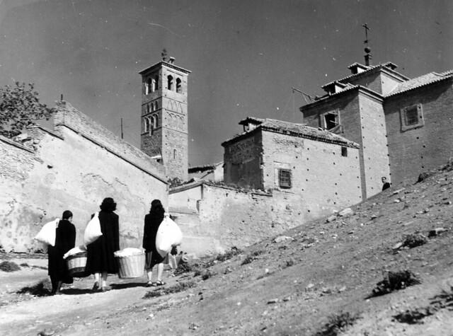 Mujeres suben la colada junto a la Iglesia de San Miguel en 1952. Fotografía de Erika Groth-Schmachtenberger © Universitätsbibliothek Augsburg