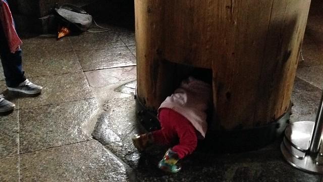 """Kids crawling through """"buddha's nostril"""" at Daibutsuden"""