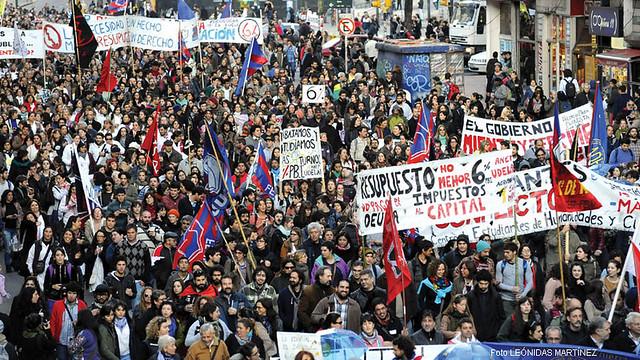 Um dos questionamento dos grevistas é a perda da soberania nacional  - Créditos: Barricada (UY)