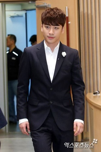 seungri_angel_eyes_press_conference_140403_002-400x600