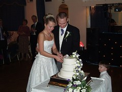 Simon & Claire cutting the Cake Image