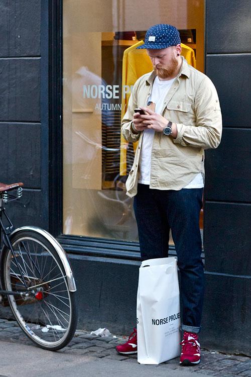 ワークシャツ×デニムパンツ×ニューバランスにドット柄キャップと靴下