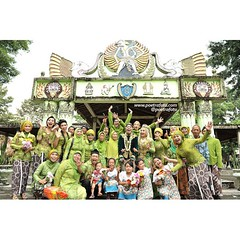 Asiknya jadi fotografer wedding itu, bisa mendokumentasikan moment sangat bahagia seperti ini 😊😉   From the wedding of Sundari & Setiawan. Wedding day at Museum Wayang Kekayon Yogyakarta. Wedding photo by @Poetrafoto 📷   Visit our websit