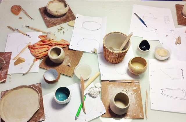 Hand building, pinch pots, clay moulding, pottery with Studio Asobi