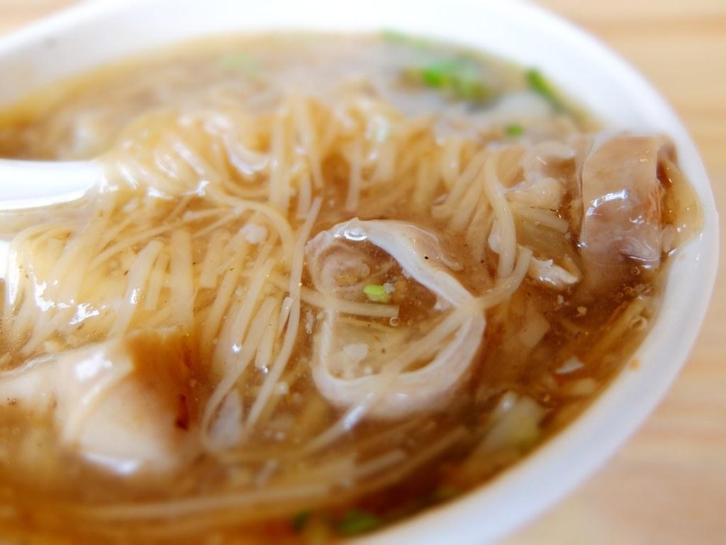 湯頭是柴魚味道的那種湯頭,麵線則是扁麵,跟傳統麵線糊不太一樣