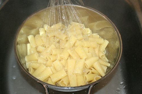 15 - Nudeln abgießen / Drain noodles