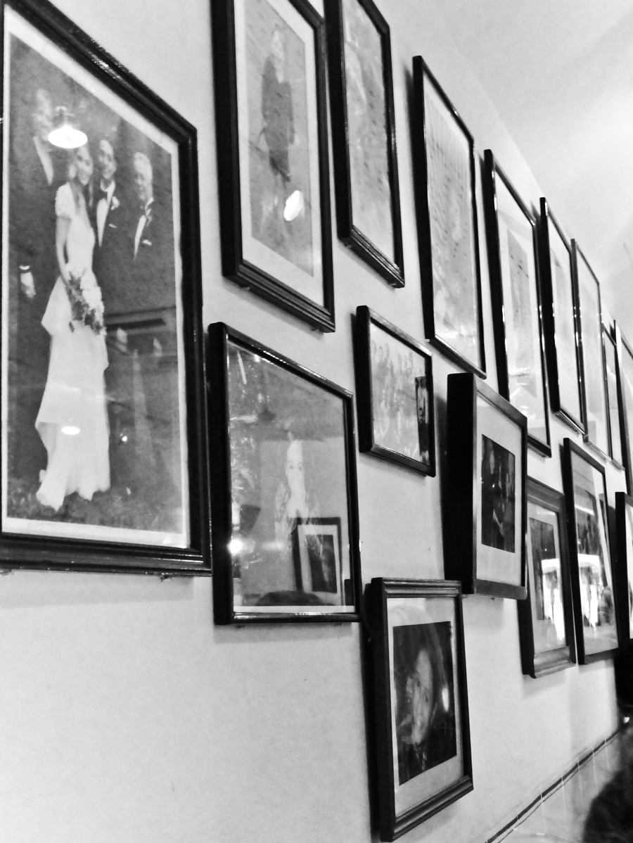 Framed-pictures-at-La-Famiglia,-London
