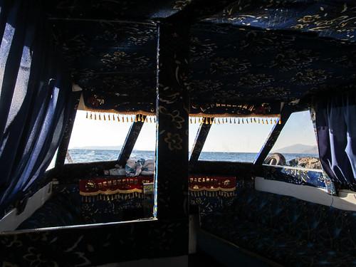 """Lac Titicaca: retour vers Copacabana. Deux banderoles sont accrochées dans le bateau: """"Bendecido en Copacabana"""". On ne risque rien, il a été béni ;)"""