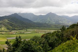 In de verte een bergketen met 4-5 watervallen