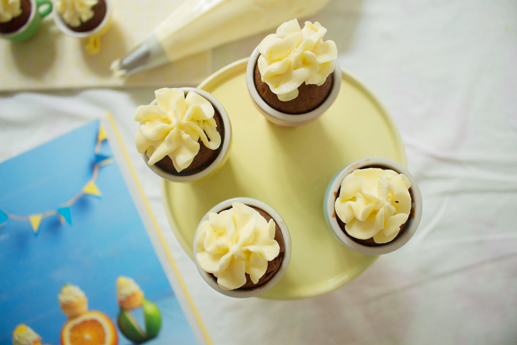 mini schoko-cupcakes mit lemon-curd-topping