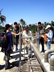 交流團成員與中央畜牧場主人蘇鵬熱烈討論沼氣集氣管的設計。