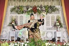 Jika setelah pose ini terjadi sakit pinggang, bukan tanggungjawab fotografernya. Hahaha :grinning::grinning::grinning: Selamat & happy wedding ya kak @dzikrinaf & @galih.edy. Smoga bahagia selamanya. Amiiin amiiin :angel::kissing_heart::couplekiss: