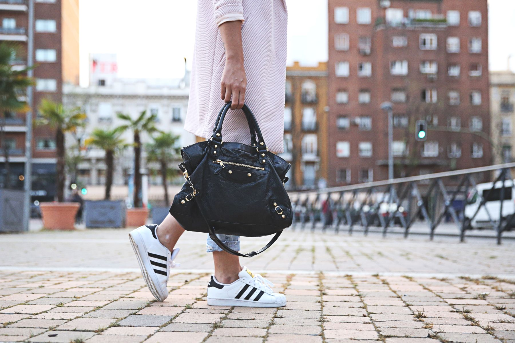 trendy-taste-look-outfit-street-style-sport-chic-camiseta-rayas-navy-marinero-boyfriend-ripped-jeans-vaqueros-rotos-adidas-superstar-9