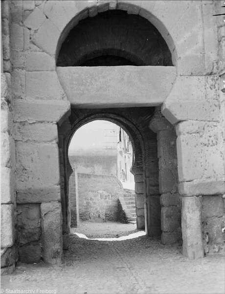 Puerta Vieja de Bisagra  en Julio de 1932. Fotografía de Willy Pragher © Landesarchiv Baden-Württemberg, Abt. Staatsarchiv Freiburg